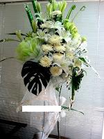 Bentuk Standing yaitu karangan bunga cantik berbentuk standing flower yang dapat anda paka Bunga Duka Cita Tangerang Bentuk Standing